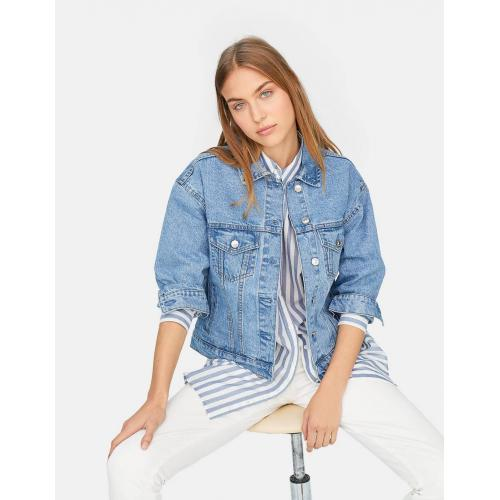 Collared denim jacket with long sleeves and buttoned cuffs. Featuring two chest flap pockets and metal button-up fastening in the front.